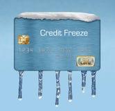 Snö och is på en kreditkort illustrerar temat av att sätta en frysning på din kreditupplysning arkivfoton