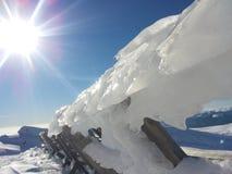 Snö och is på ett staket royaltyfri bild