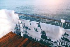 Snö och is på havspromenaden Isläggningsjösidapromenad efter en stark vinterstorm med tung frost Arkivbild
