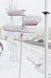 Snö och signposted Arkivbilder