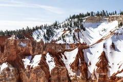 Snö och träd på den branta kanjonväggen, Bryce Canyon, Utah Royaltyfria Bilder
