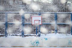 Snö på basketballshoeslekplats i vinter arkivbilder