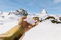 Snö på den vänstra handen med bakgrunden av Matterhorn Royaltyfria Bilder