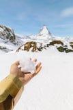 Snö på den vänstra handen med bakgrunden av Matterhorn Arkivbilder