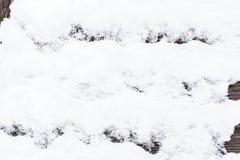 Snö på den wood backrounden Arkivbilder