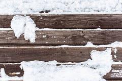 Snö på den wood backrounden Arkivfoton