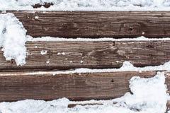 Snö på den wood backrounden Arkivbild