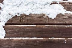 Snö på den wood backrounden Fotografering för Bildbyråer