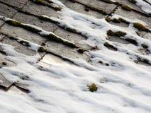 Snö på det gamla taket Royaltyfria Bilder