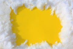 Snö på en gul bakgrund Ram av snö Arkivfoton