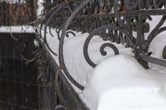 Snö på ett dekorativt staket royaltyfria bilder