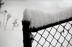 Snö på ett staket royaltyfria bilder