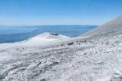 Snö på krater på Mount Etna Royaltyfri Fotografi