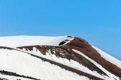 Snö på krater på Mount Etna Arkivfoto