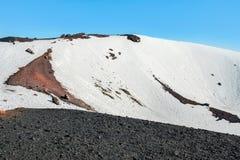 Snö på krater på Mount Etna Arkivbild