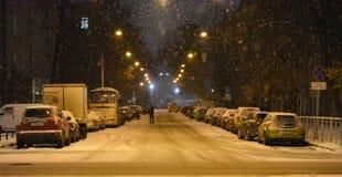 Snö på nattvägen royaltyfri foto