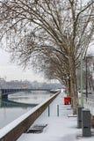 Snö på Rhone River banker i Lyon Arkivbild