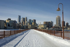 Snö på stenbågebron, Minneapolis, Minnesota, USA Arkivfoton