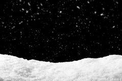 Snö på svart bakgrund med snöfall Snödrivabakgrund i vintersäsong royaltyfri bild