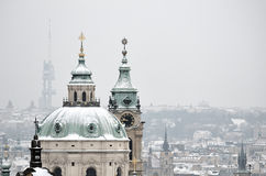 Snö på taket av den St Nicholas kyrkan, Prague Fotografering för Bildbyråer