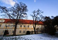Snö parkerar i gamla Prague Royaltyfri Bild