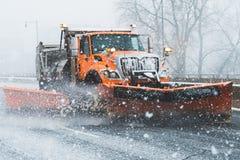 Snö plöjer lastbilmedlet som plöjer gatahuvudvägen under eller easter i New England connecticut royaltyfria bilder