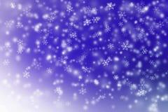 Snö som faller på blå och vit bakgrund Arkivbild