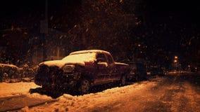 Snö som faller på lastbilen på natten stock video