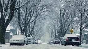 Snö som faller på vägen av hus som flyttar skottet lager videofilmer