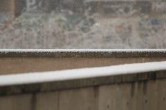 Snö som ner faller på yttersida arkivbilder