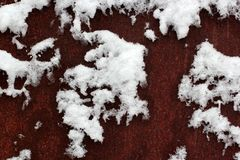 Snö som täcker metallrosten, ytbehandlar liknande till världskartan abstrakt bakgrund Royaltyfri Foto