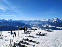 Snö spårar överst av Alp Mountain royaltyfri fotografi