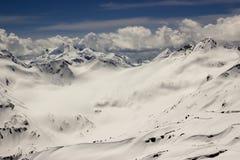 Snö-täckt alpin dal mellan berget Royaltyfria Bilder