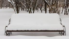 Snö täckt bänk Fotografering för Bildbyråer