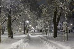 Snö-täckt bakgata i staden i aftonen Arkivfoton