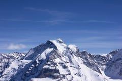 Snö-täckt berg i fjällängar Arkivfoto