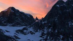 Snö täckt bergskedjafluga igenom på solnedgångdel 1 arkivfilmer