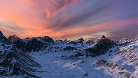 Snö täckt bergskedjafluga igenom på solnedgången arkivfilmer