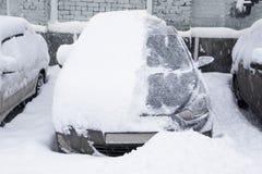 Snö-täckt bil i parkeringsplatsen Royaltyfri Foto
