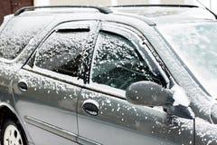 Snö-täckt bil under vintersnöfall Trafiken stoppas arkivbilder