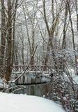 Snö täckt bro över liten vik Royaltyfria Bilder