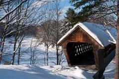 Snö täckt bro i New England royaltyfri bild