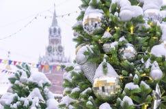 Snö-täckt dekorerad julgran på bakgrunden av det Spassky tornet av MoskvaKreml royaltyfria bilder