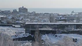 Snö-täckt fabrik och staden på en vintermorgon royaltyfria foton