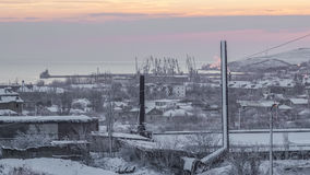 Snö-täckt fabrik, staden och morgonen fotografering för bildbyråer