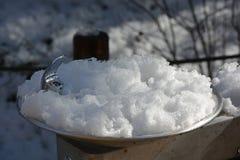 Snö täckt fryst vattenspringbrunn Arkivfoto
