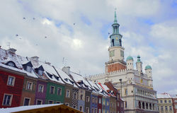 Snö-täckt gammalt marknadsfyrkant och stadshus Arkivbilder