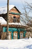 snö-täckt gammalt stads- trähus i Suzdal arkivbild