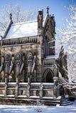 Snö täckt gotiskt kapell - vårdungekyrkogård - Cincinnati, Ohio arkivfoto