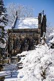 Snö täckt gotiskt kapell - vårdungekyrkogård - Cincinnati, Ohio royaltyfria bilder